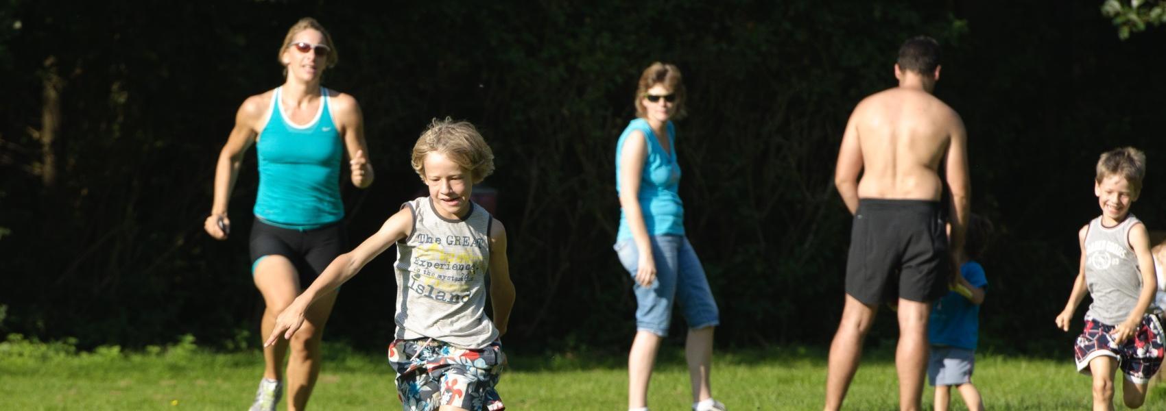 spelende mensen op een grasplein