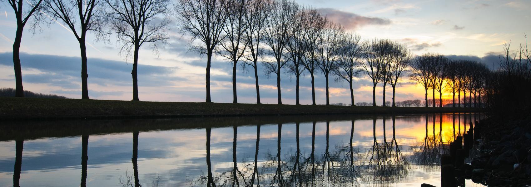 zicht op het water bij zonsondergang