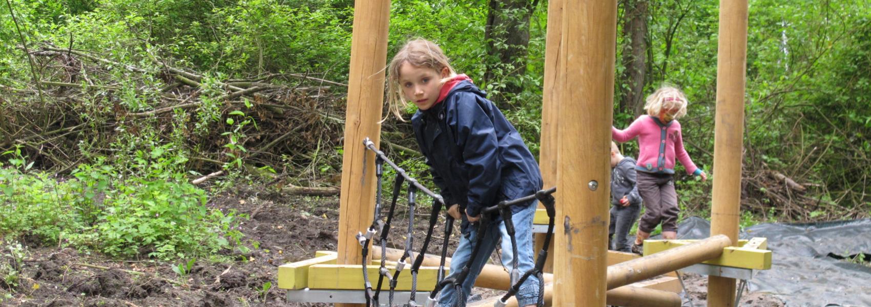 kinderen op speelparcours
