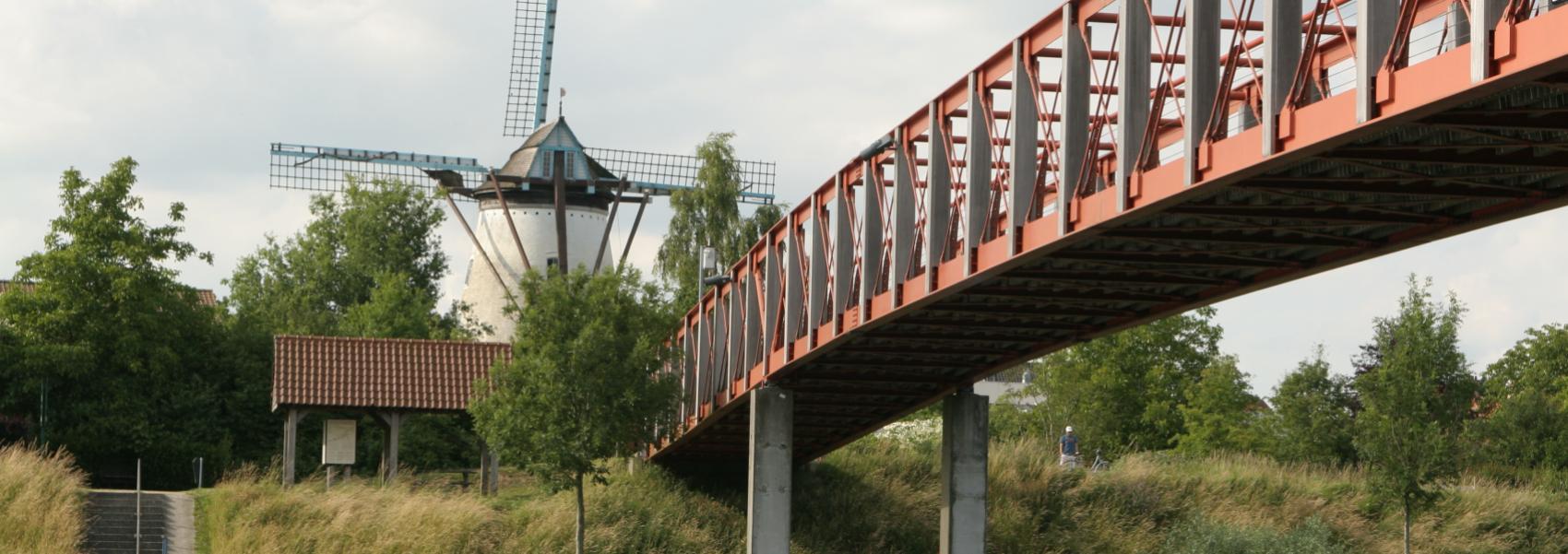 rode voetgangersbrug over de Leie
