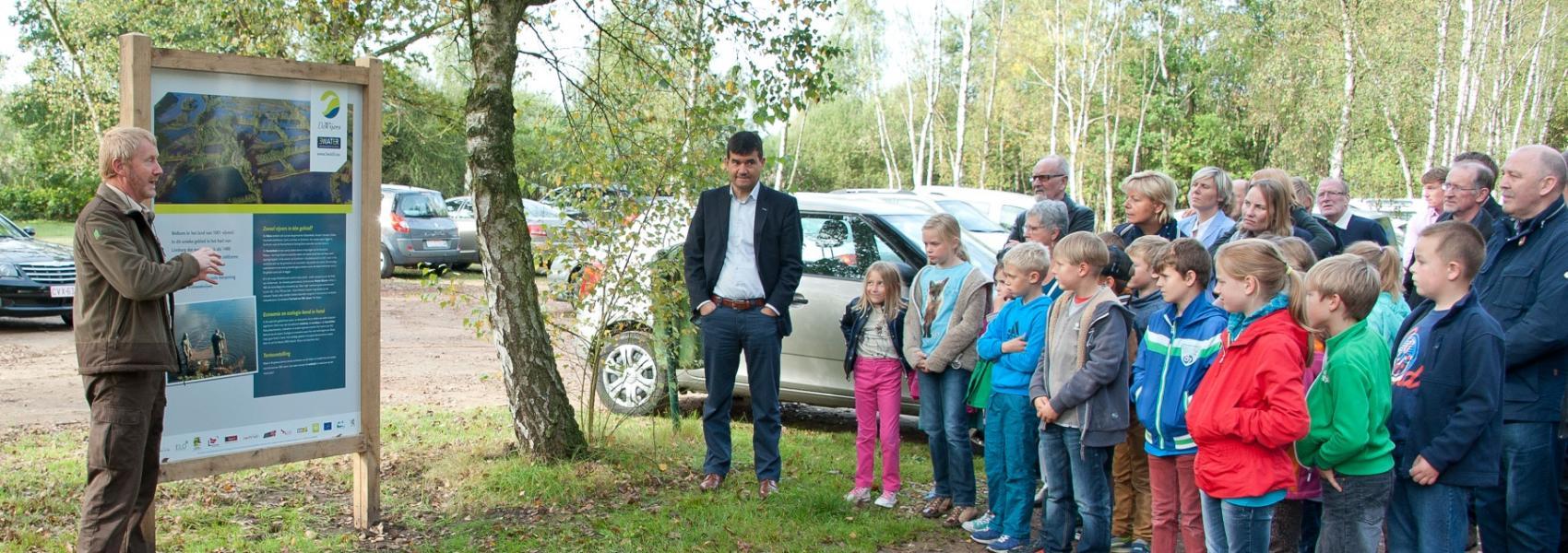 boswachter geeft uitleg aan een groep kinderen
