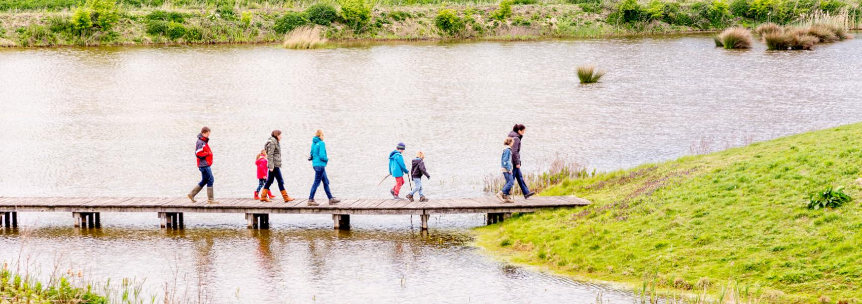 groep mensen wandelend op de steiger