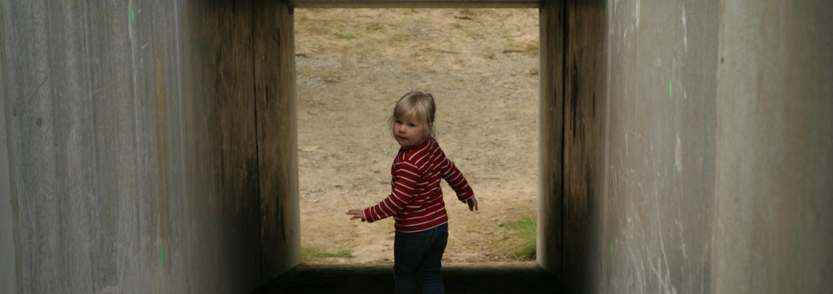 kind in de speeltunnel