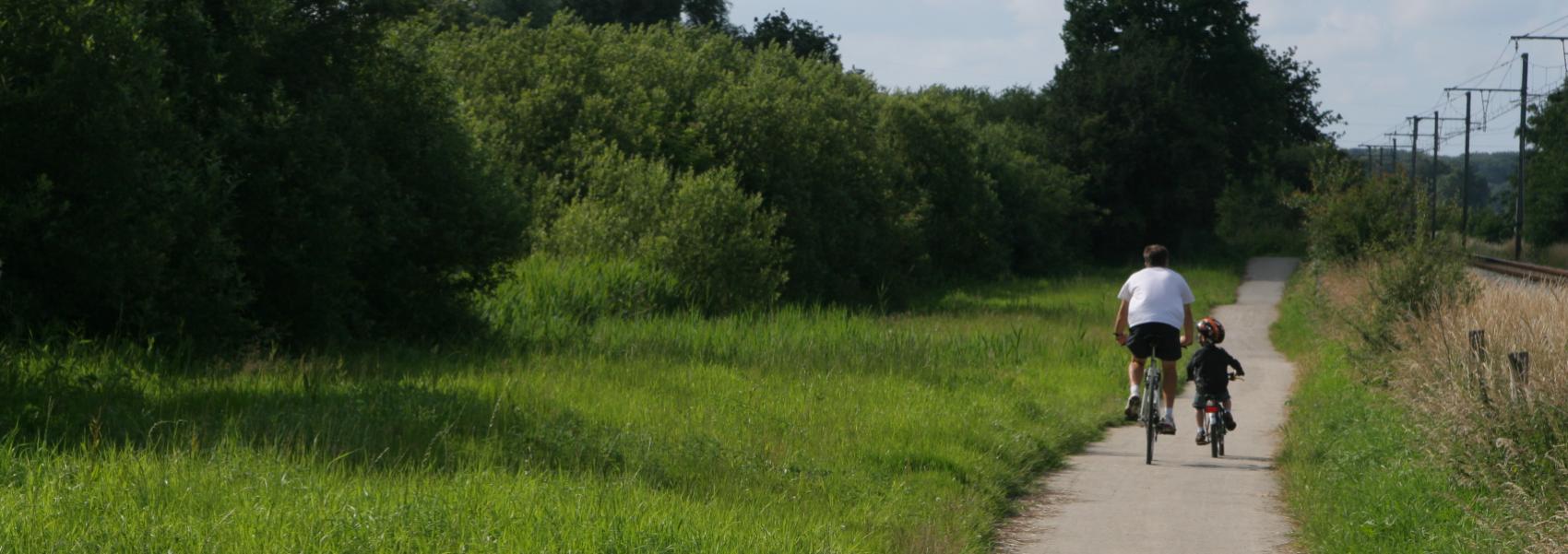 fietsers langs de spoorwegberm