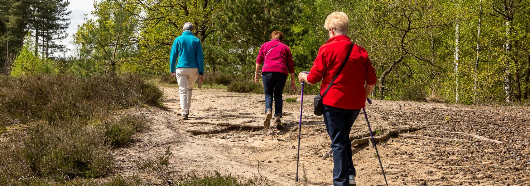 nordic walking op een zandweg