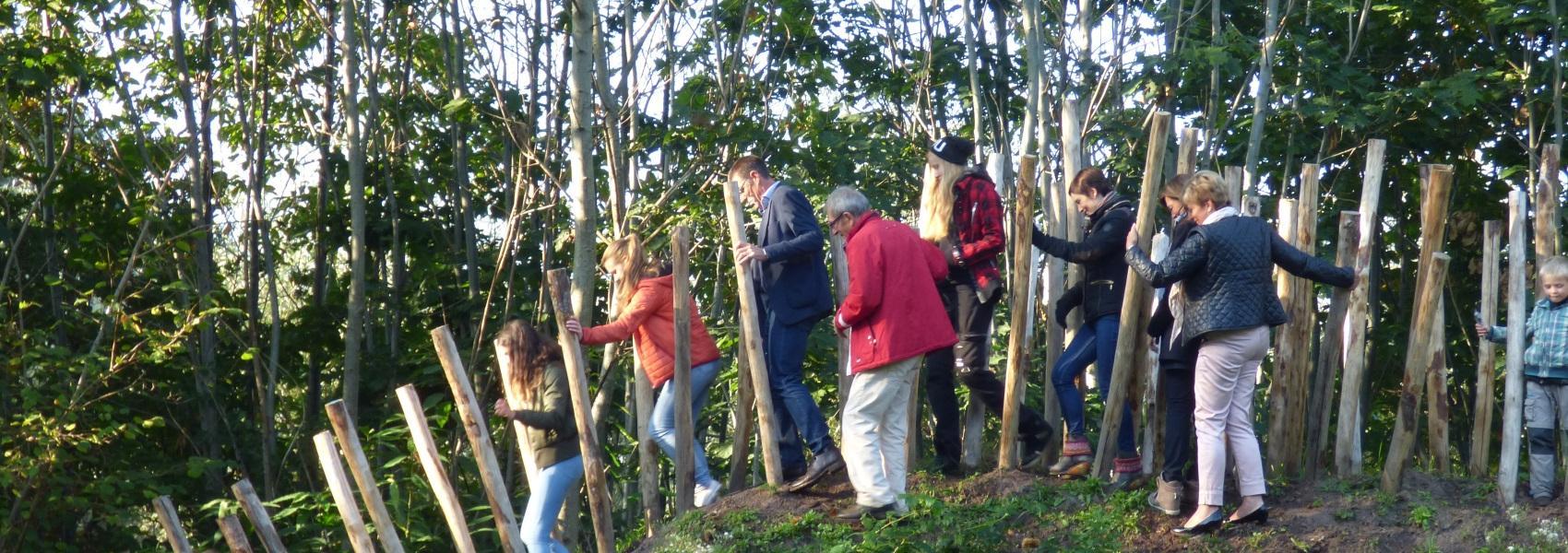 mensen op een hindernis van het budopad