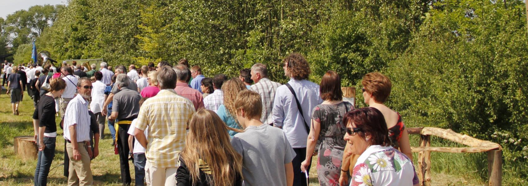 grote groep wandelaars in het bos