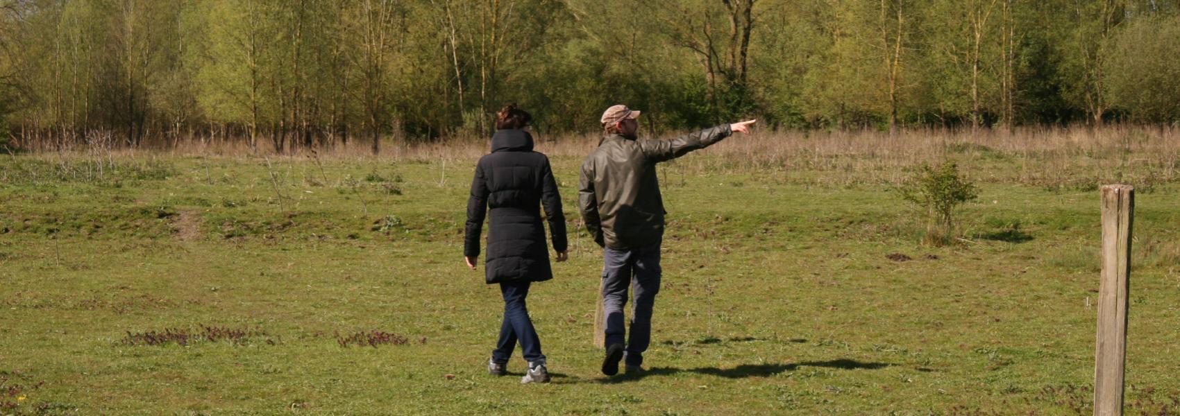 2 wandelaars in het open landschap