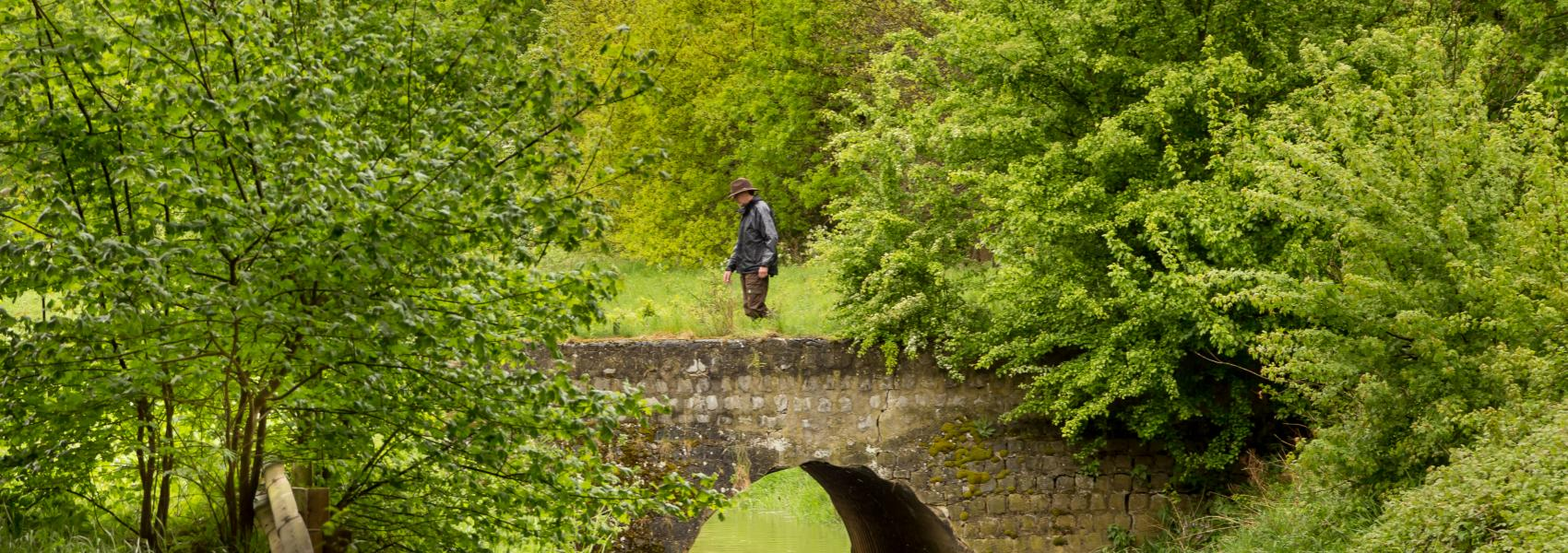 wandelaar over stenen brug