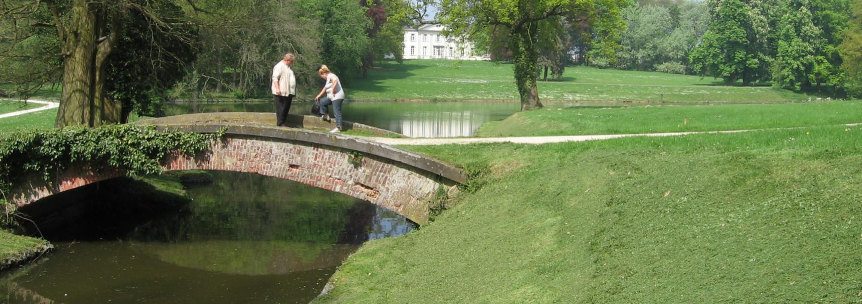 2 mensen op een brugje