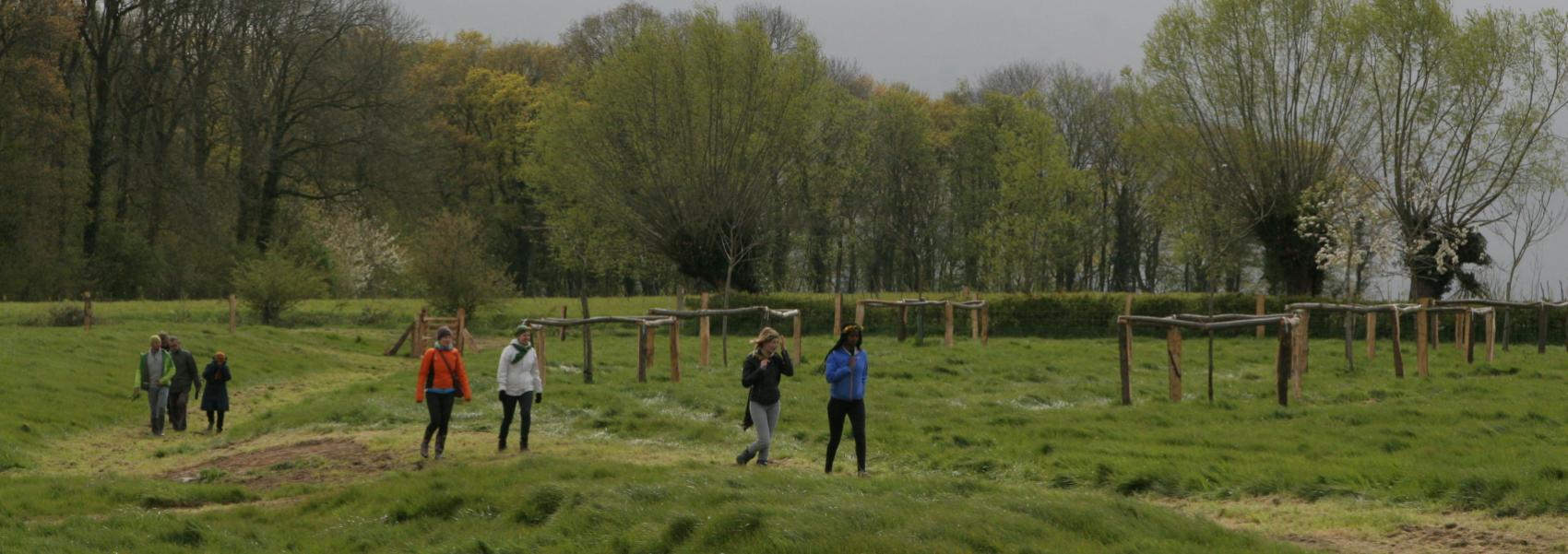 wandelaars in het landschap